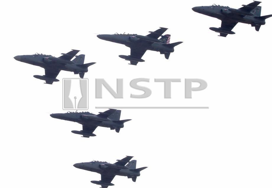 ANTARA formasi pesawat tempur Hawk. FOTO Danial Saad