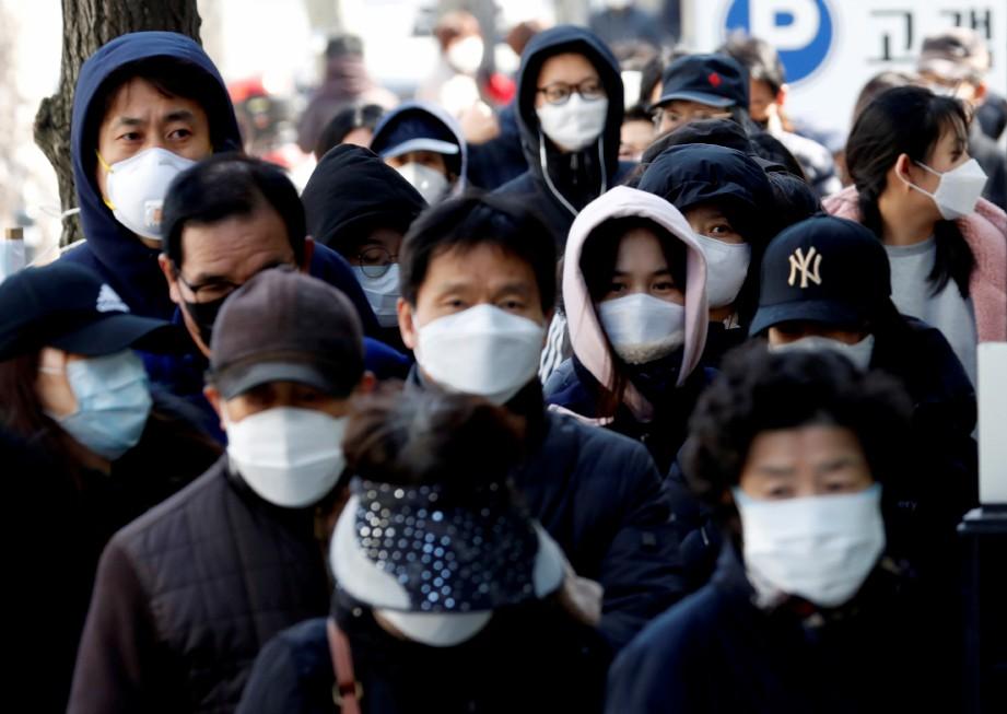 ORANG ramai beratur bagi membeli penutup mulut dan hidung di pejabat pos di Daegu, Korea Selatan. FOTO Reuters