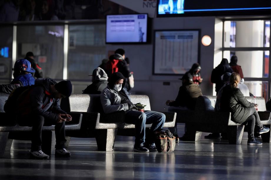 ORANG ramai memakai penutup mulut dan hidung di Manhattan, New York. FOTO Reuters