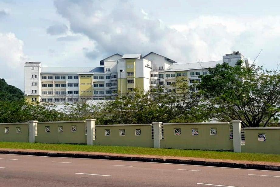 HOSPITAL Enche' Besar Hajjah Khalsom (HEBHK) Kluang dijadikan sebagai hospital yang merawat Covid-19 di Johor mulai kelmarin. FOTO Bernama