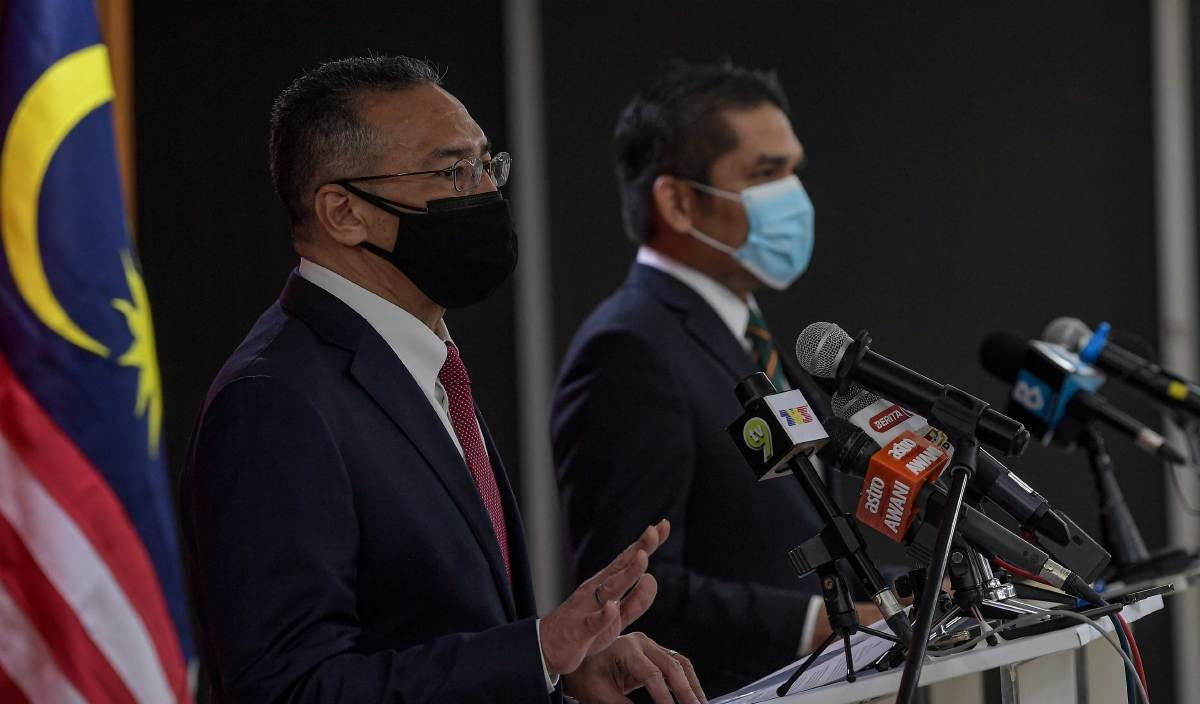 HISHAMMUDDIN (kiri) dan Menteri Kanan Pendidikan Datuk Dr Mohd Radzi pada sidang media khas mengenai kerjasama antara Kementerian Pertahanan dan Kementerian Pendidkan Malaysia bagi pembukaan sesi persekolahan di Wisma Pertahanan. FOTO BERNAMA