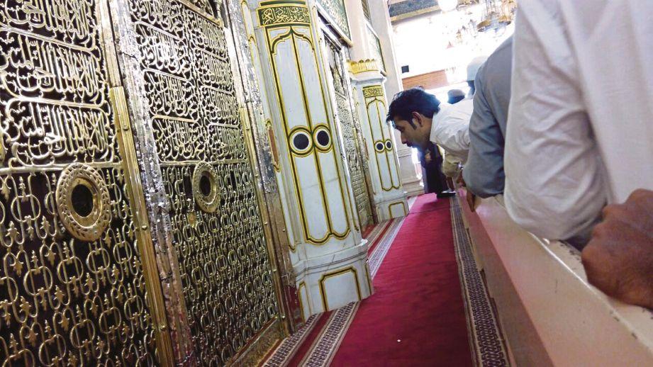 UMAT Islam mengunjungi Makam Rasulullah di Madinah.