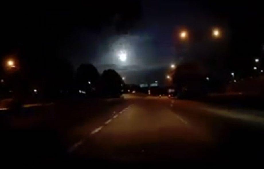 HUJAN meteor di kawasan Taman Johor Jaya. FOTO ihsan Facebook