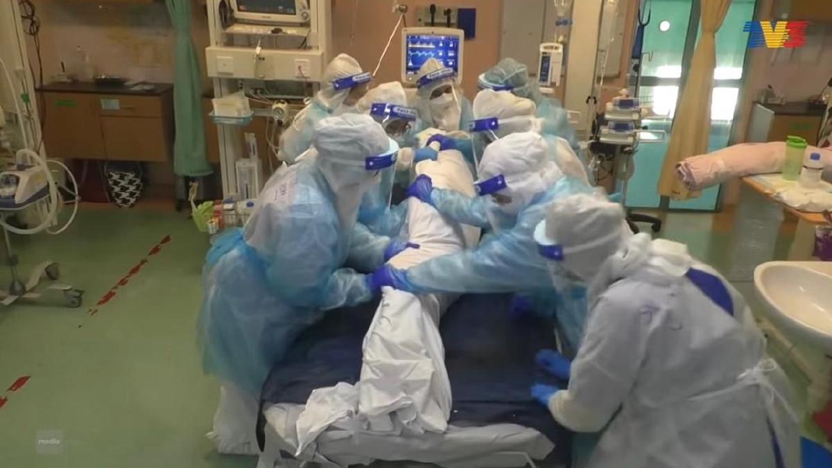 KEGIGIHAN petugas barisan hadapan melaksanakan tanggungjawab menyelamat pesakit Covid-19.
