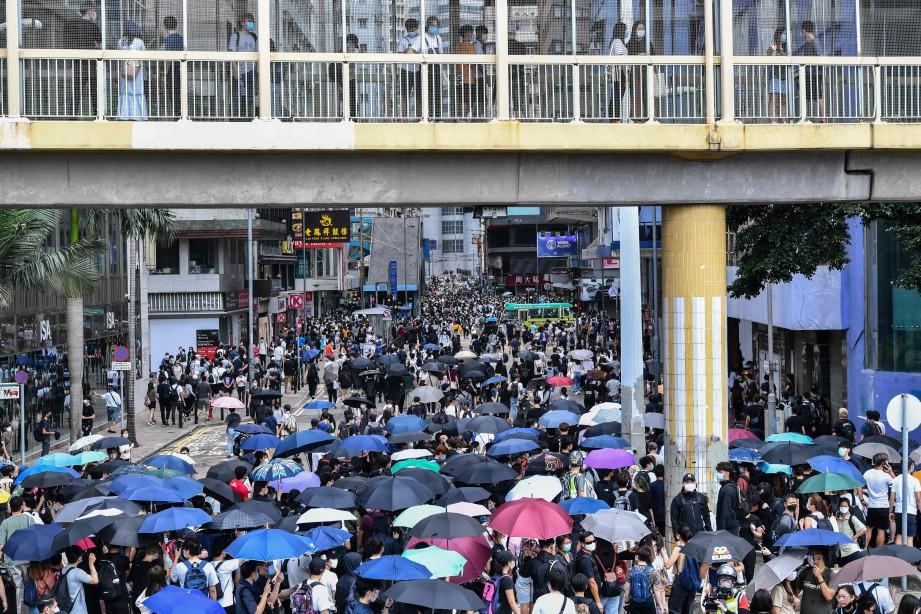 PESERTA demonstrasi membanjiri satu lokasi di Hong Kong. FOTO AFP