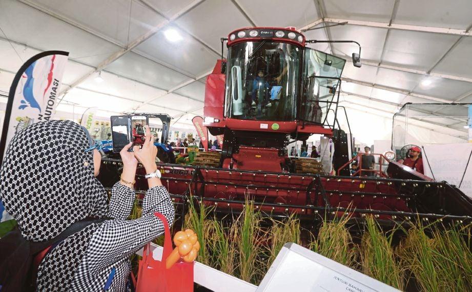 JENTERA baharu untuk menuai padi beraliran paksi 'Caseih AF4077' yang dipamerkan di Laman Mekanisasi dan Automasi sempena HPPNK 2019 di  Padang A, Angsana Johor Bahru Mall, Johor Bahru.