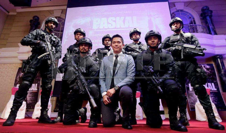 PENGARAH dan penerbit, Adrian Teh (tengah) serta sebahagian pelakon filem Paskal. FOTO arkib NSTP
