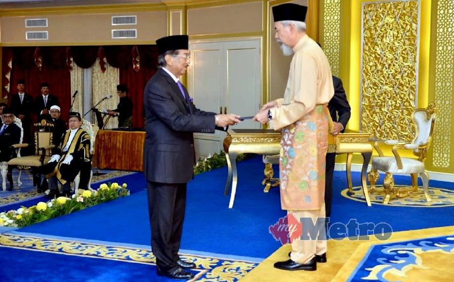 MUSA Aman menerima watikah pelantikan sebagai Ketua Menteri selepas melafazkan ikrar sumpah sebagai Ketua Menteri di Tun Juhar di Istana Negeri, 10 Mei lalu. Laporan polis dipercayai berkaitan upacara angkat sumpah jawatan sebagai Ketua Menteri oleh Musa Aman.