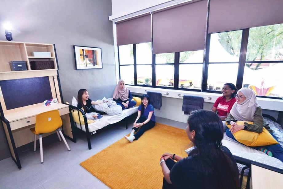 PERMAINAN warna dan padanan perabot di bilik pelajar yang lebih tampak santai.