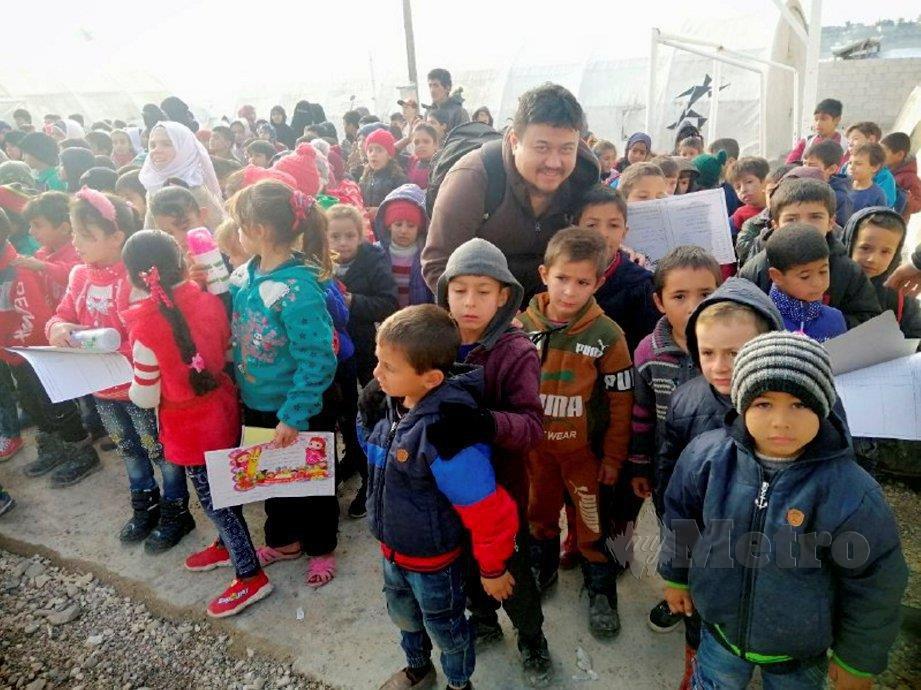 PENULIS bersama kanak-kanak pelarian yang mendapat pendidikan di Kem Muhemediya.