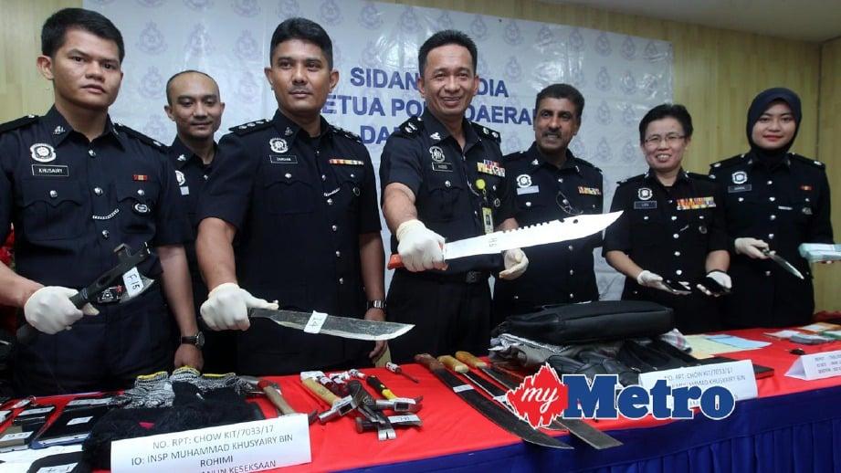 HABIBI (empat kiri) menunjukan senjata tajam yang digunakan oleh penjenayah untuk menyamun. FOTO Yazit Razali