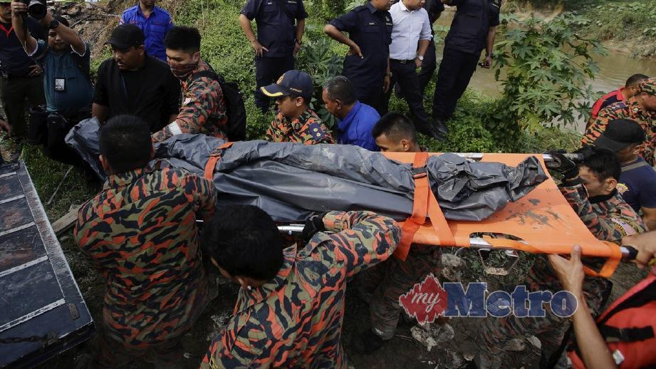 ANGGOTA Bomba membawa mayat mangsa lemas terakhir yang ditemui ketika operasi mencari dan menyelamat . FOTO Syarafiq Abd Samad