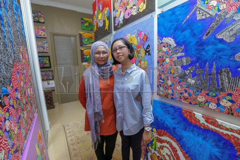PELUKIS autistik, Wan Jamila Wan Shaiful Bahri bersama ibu, Noorhashimah Noordin di kediamannya, di Seksyen 7 Shah Alam. FOTO Aziah Azmee