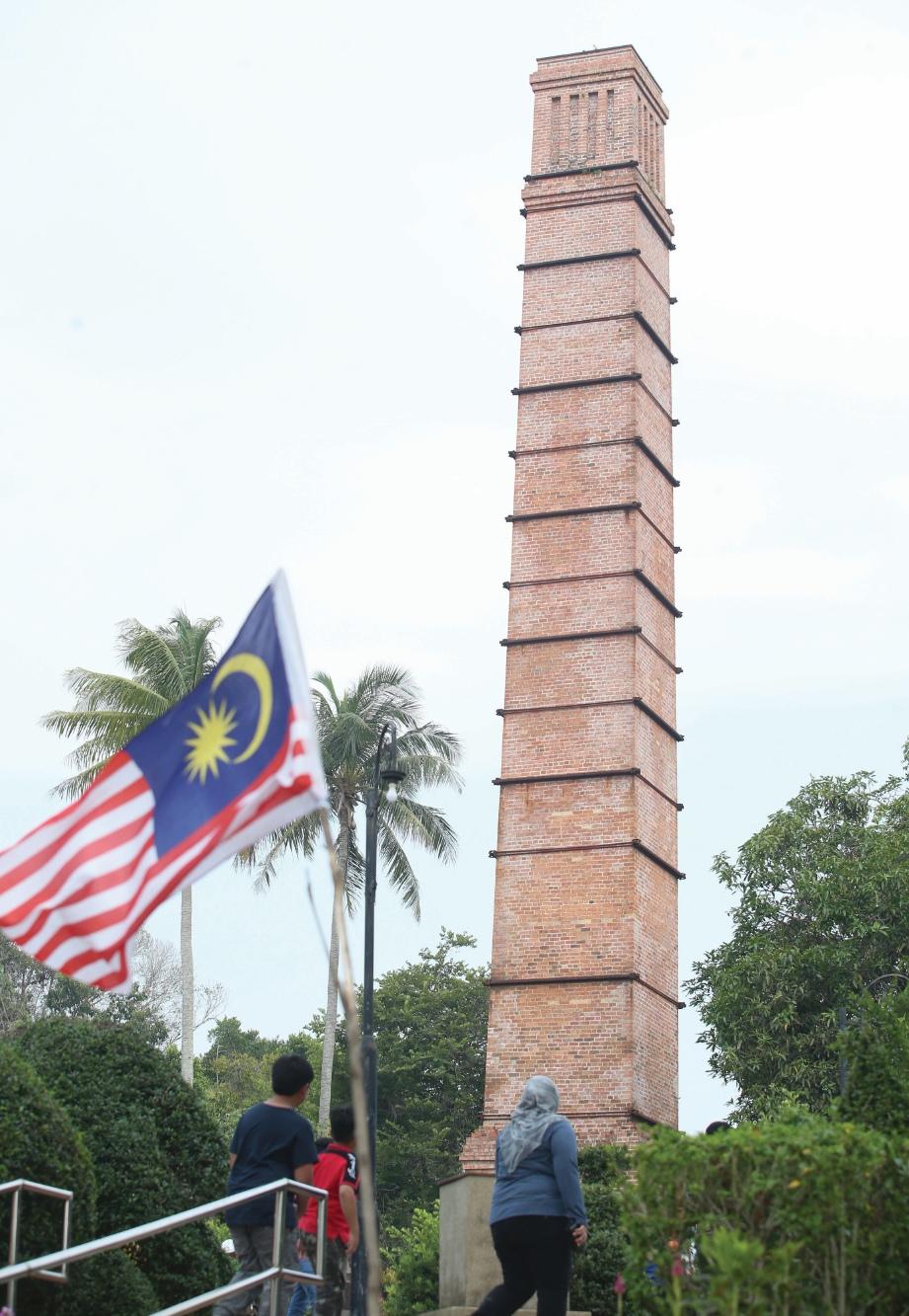 LAMBANG sejarah perlombongan arang batu di Labuan.