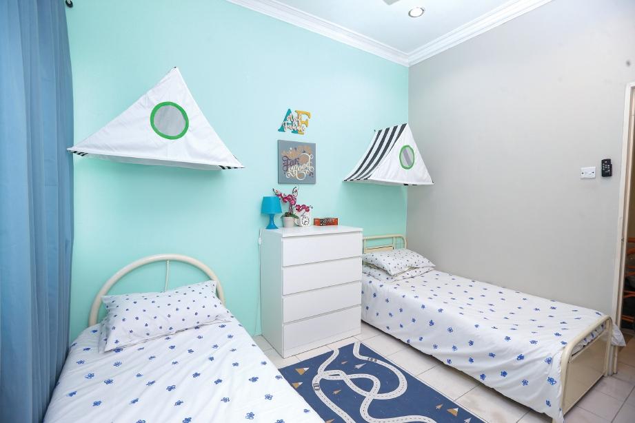 WARNA biru pilihan bilik tidur anak lelaki dan neneknya. FOTO Aziah Azmee