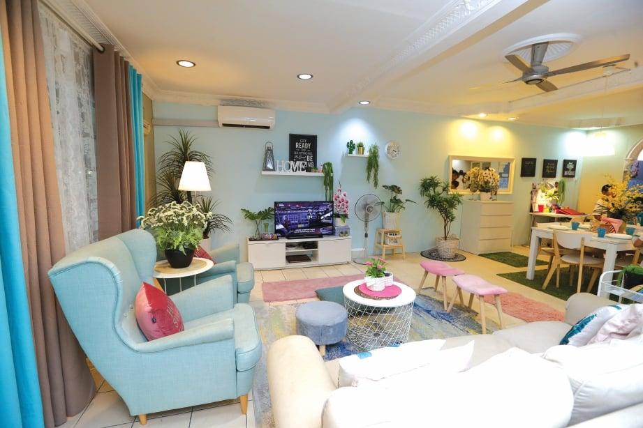 SENTUHAN warna hijau lembut dan bumi dengan sedikit merah jambu menghiasi ruang tamu kediaman Norazlina dan Fathullah. FOTO Aziah Azmee