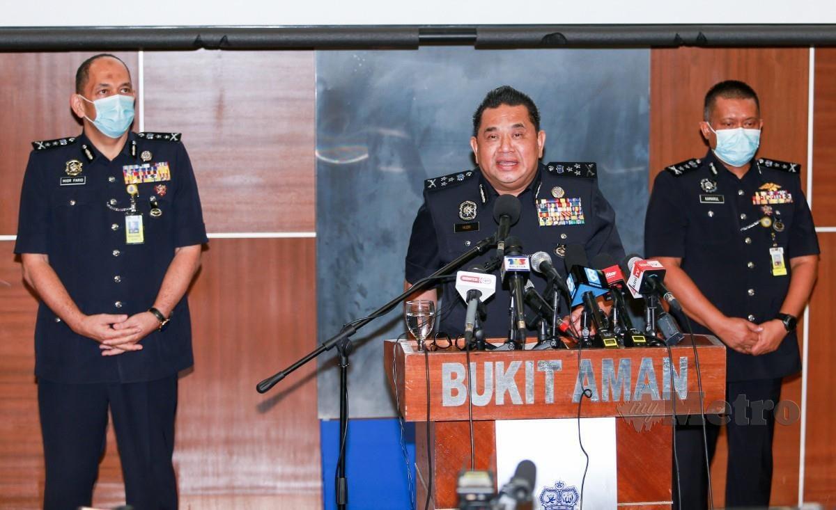 HUZIR (kiri) bersama pegawainya menunjukkan gambar suspek judi dalam talian di Ibu Pejabat Polis Bukit Aman, hari ini. FOTO ASWADI ALIAS.