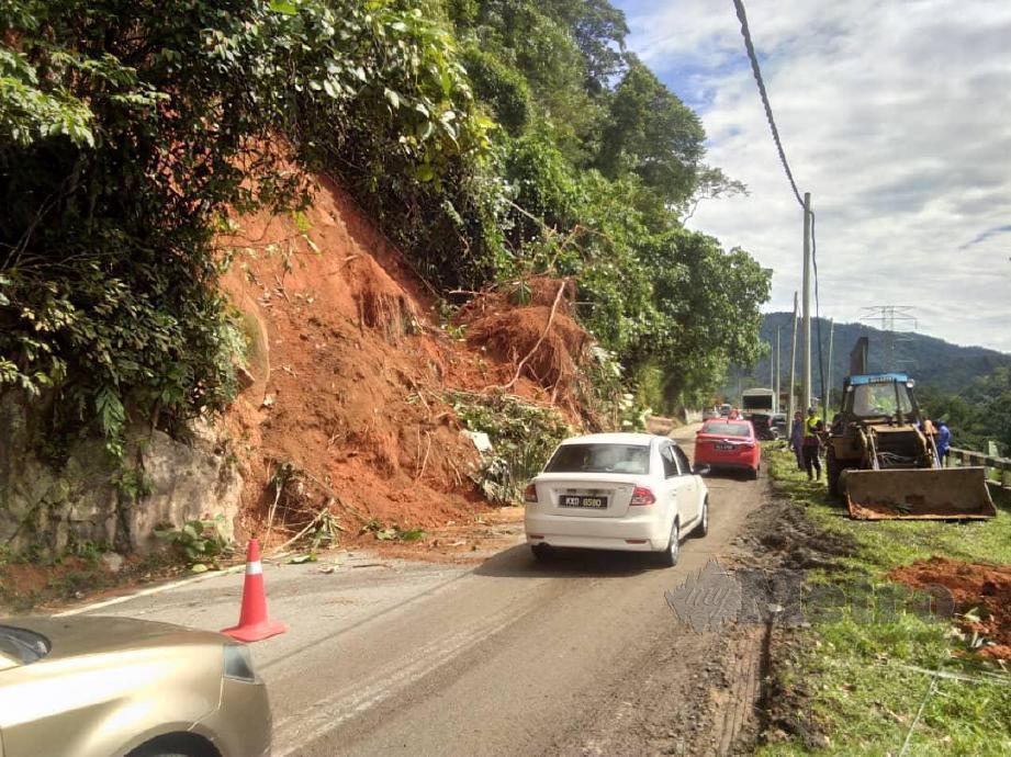 Jalan Tapah-Cameron Hingland sesak kira-kira dua kilometer akibat tiga kejadian tanah runtuh pagi tadi, dekat sini. FOTO Ihsan PDRM