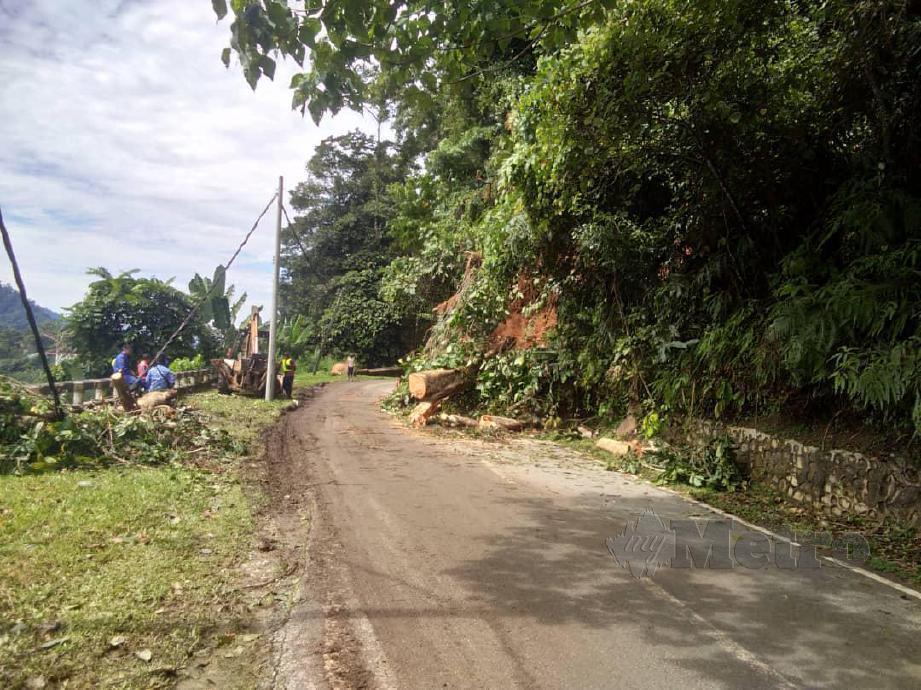 Jalan Tapah- Cameron Hingland sesak kira-kira dua kilometer akibat tiga kejadian tanah runtuh pagi tadi, dekat sini. FOTO Ihsan PDRM.