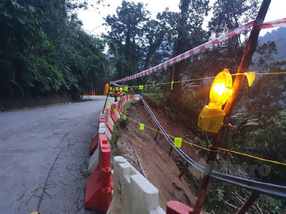 JALAN Tapah-Ringlet dekat Kilometer 16 Jalan Pahang dibuka sehala berikutan tanah runtuh. FOTO Ihsan PDRM