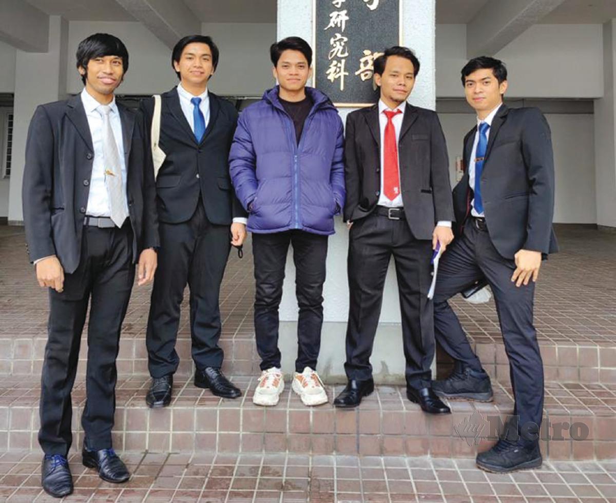 KENANGAN Muhammad Syafiq (dua dari kri) bersama pelajar Malaysia di depan fakulti kejuruteraan.
