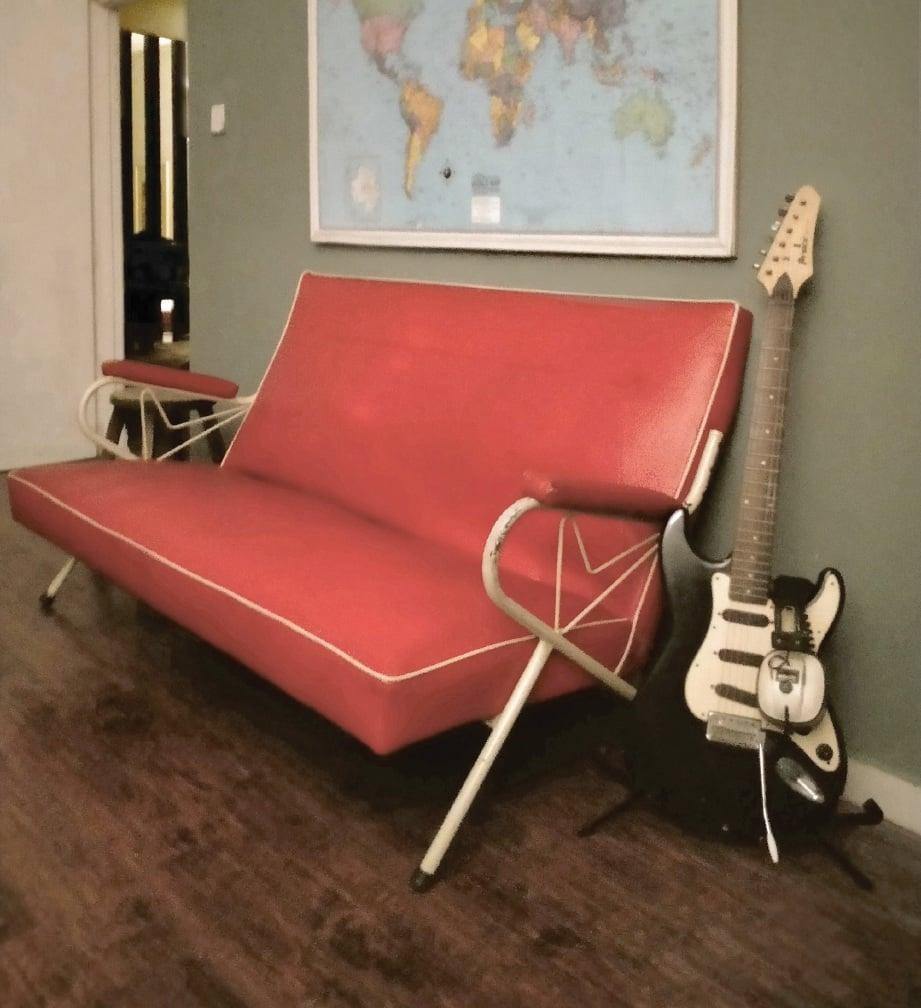 ANTARA kerusi antik diletakkan di bilik kerja suami.
