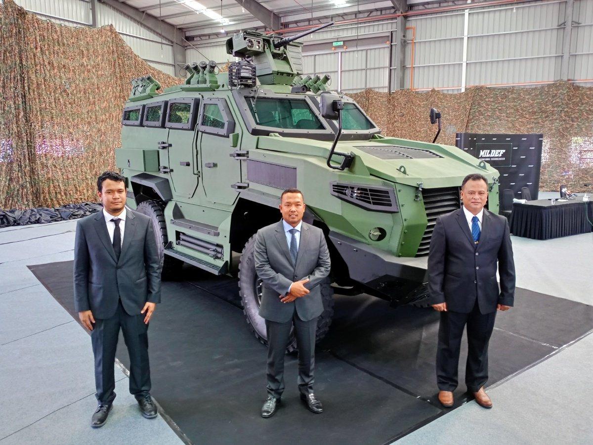 MOHD NIZAM (tengah) memperkenalkan kenderaan berperisai mobilti tinggi pertama negara menerusi model prototaip Mildef HMAV 4X4.