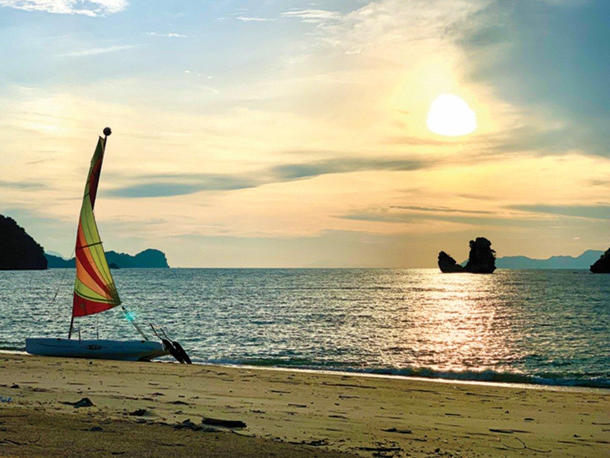 PENGALAMAN menunggu matahari terbenam di Pantai Tanjung Rhu.