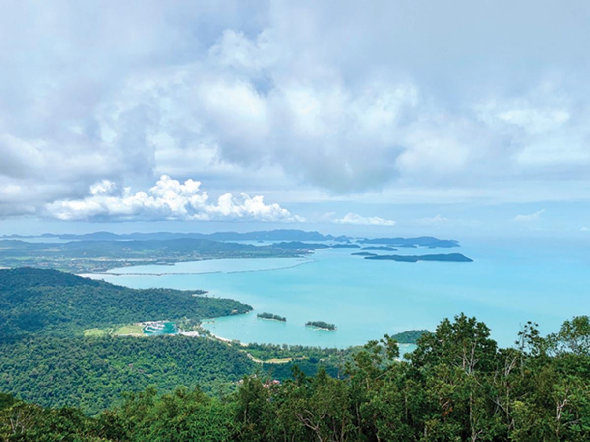 PANORAMA laut serta hutan rimba yang dilihat dari atas pelantar tinjau. FOTO: Faiz Kamaruzzaman