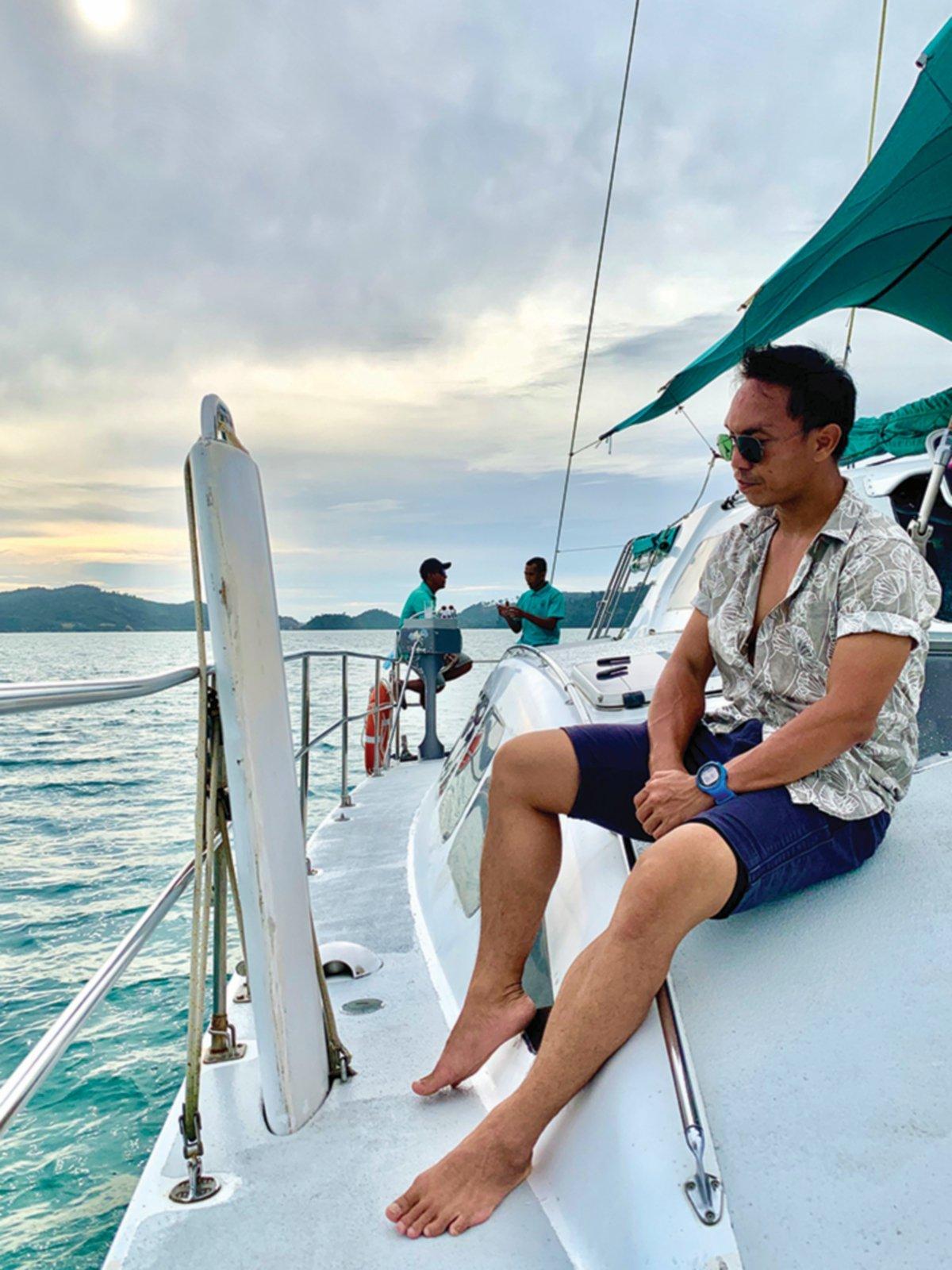 PENULIS menaiki kapal layar untuk pakej 'Sunset Cruise'.