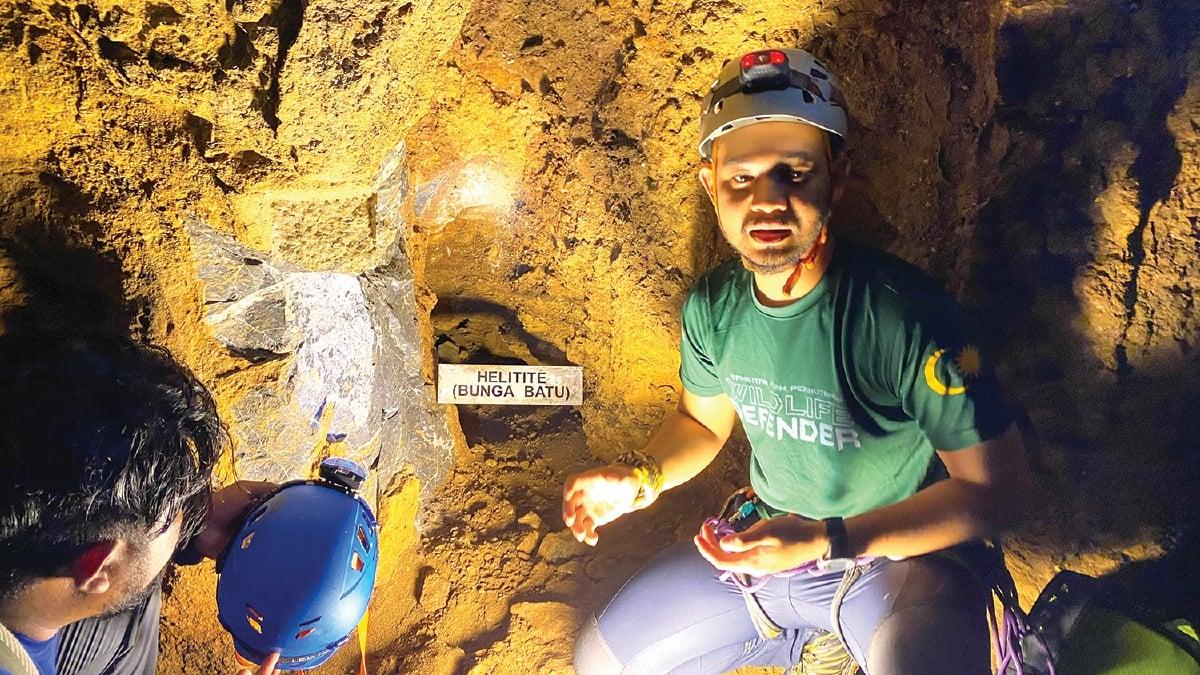 DANIEL memberi penerangan mengenai batuan yang terdapat dalam gua.