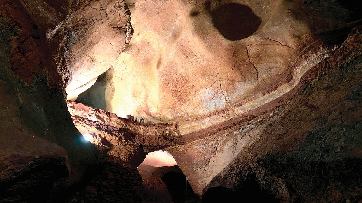 BENTUK muka batuan atas gua yang menarik.