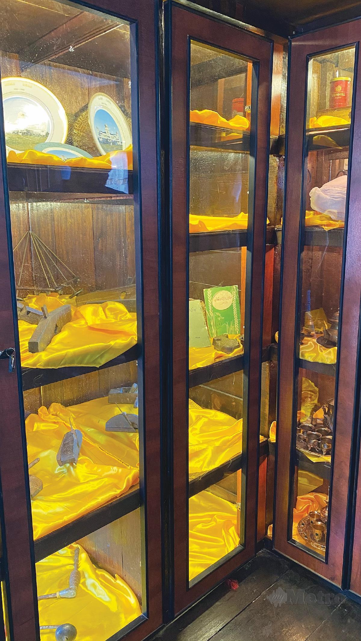 PELBAGAI barangan antik disusun kemas di dalam almari pameran.