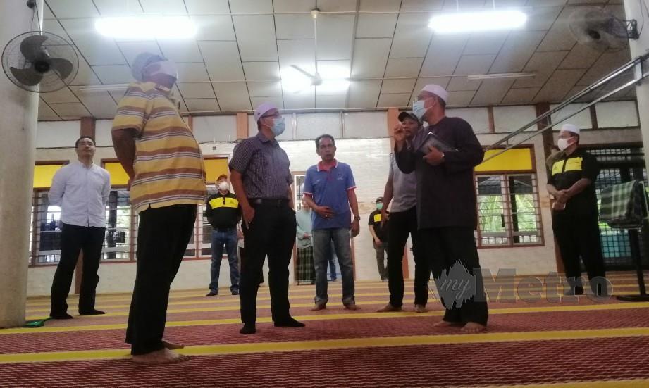DR Noor Azmi (tiga kiri) ketika meninjau Masjid Jamek Kedai Dua, Kuala Kurau. FOTO Shaiful Shahrin Ahmad Pauzi