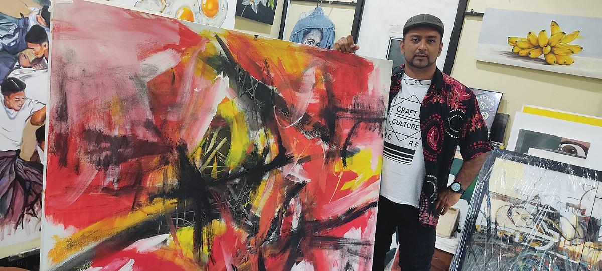 ABD Rahim bersama salah satu karyanya.