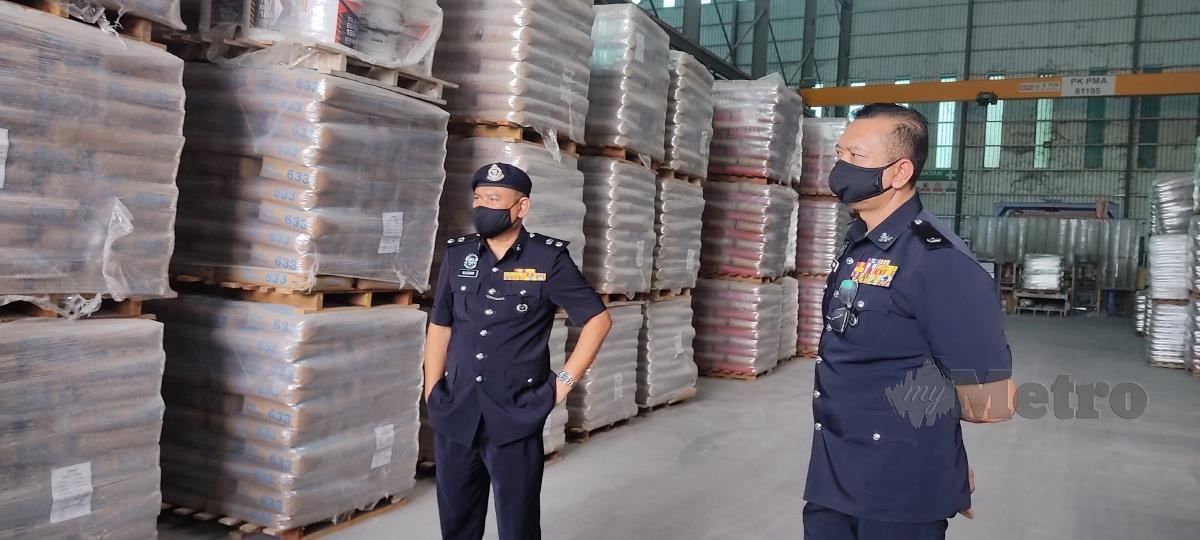 WAN Azharuddin (kiri) ketika pemeriksaan di sebuah kilang di Bidor. FOTO Rosman Shamsudin