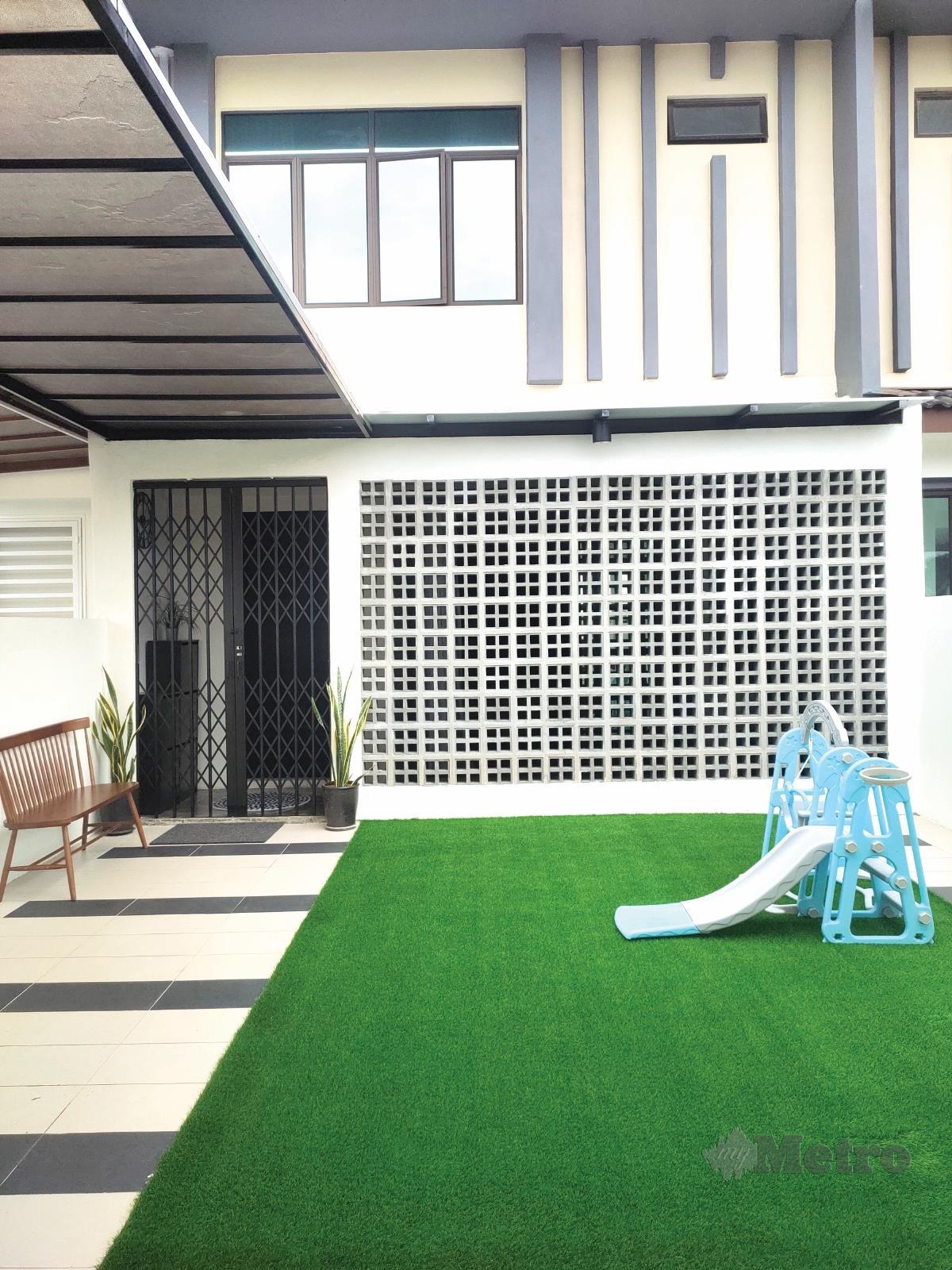 BAHAGIAN hadapan rumah yang menerapkan konsep ringkas dan industri.