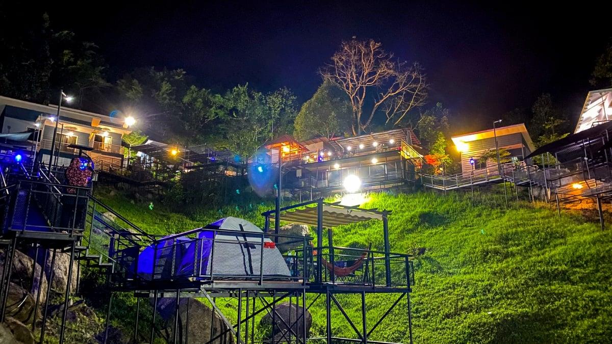 WAKTU malam yang tenang tetapi tetap meriah dengan lampu menerangi persekitaran.