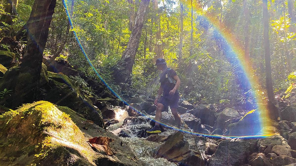 MELALUI beberapa jalur anak sungai sebelum tiba ke destinasi.