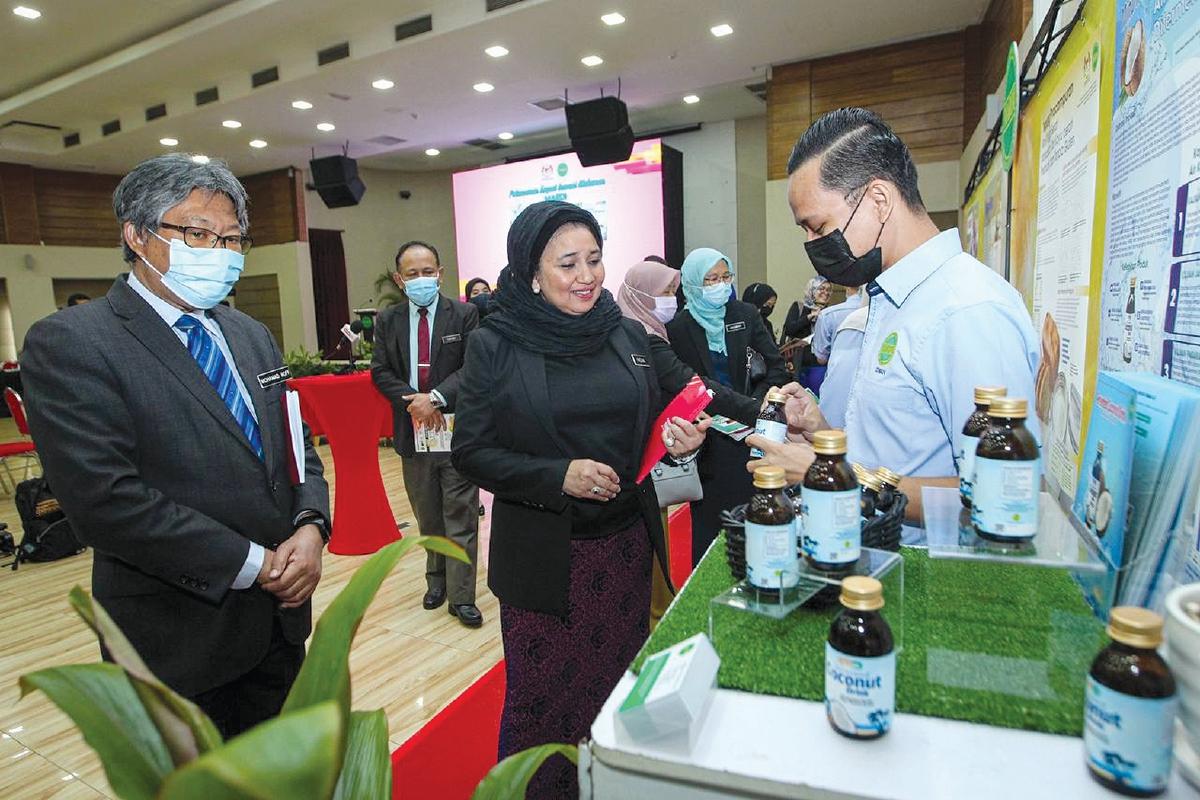 KETUA Pengarah Mardi, Datuk Dr Mohamad Roff Mohd Noor bersama Haslina mendengar penerangan mengenai makanan fungsi.