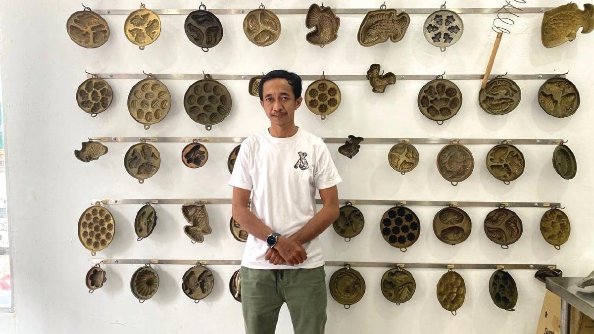 HUSAINI bersama antara koleksi acuan baulu miliknya.
