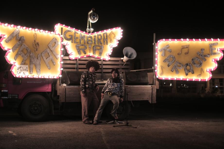 MANAP dan Wahab B mengusahakan perniagaan karaoke bergerak di atas lori.