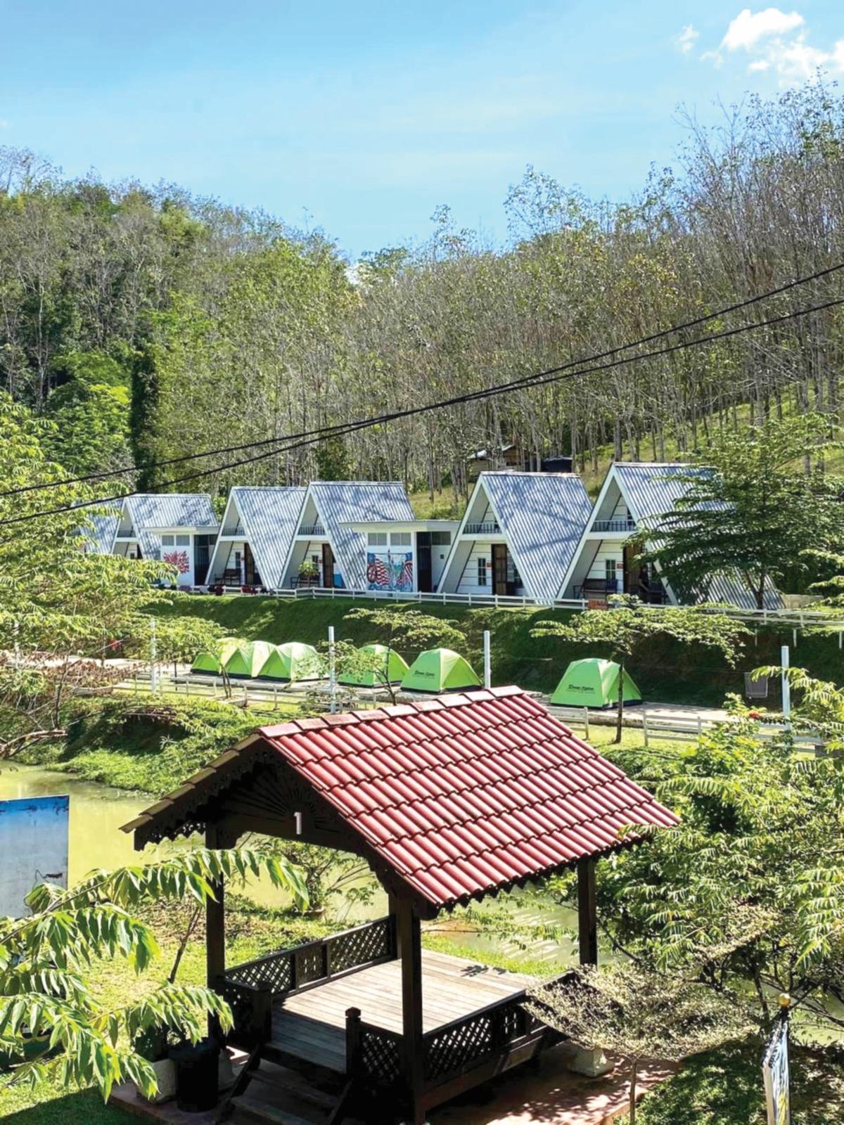 STRUKTUR chalet berbentuk piramid yang membuatkan kawasan itu  kelihatan seolah-olah perkampungan di luar negara.