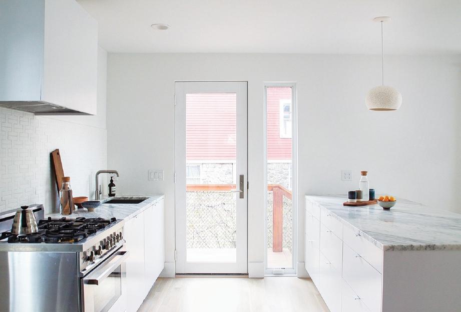 MENGGUNAKAN rona putih pada dinding membantu memantulkan cahaya di dalam kediaman.