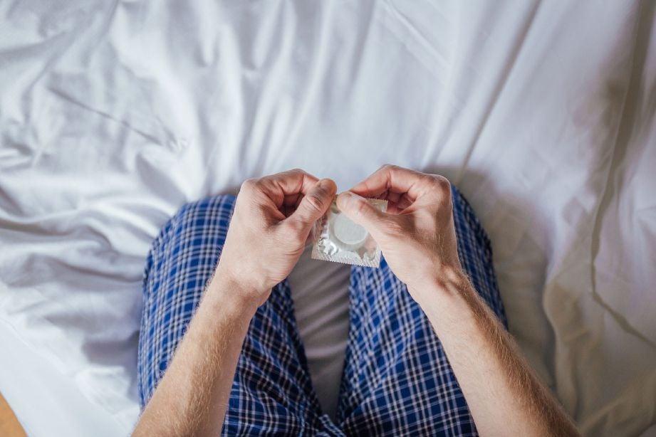 PENGUNAAN kondom adalah amalan biasa untuk pasangan mengawal kelahiran yang lebih selamat.