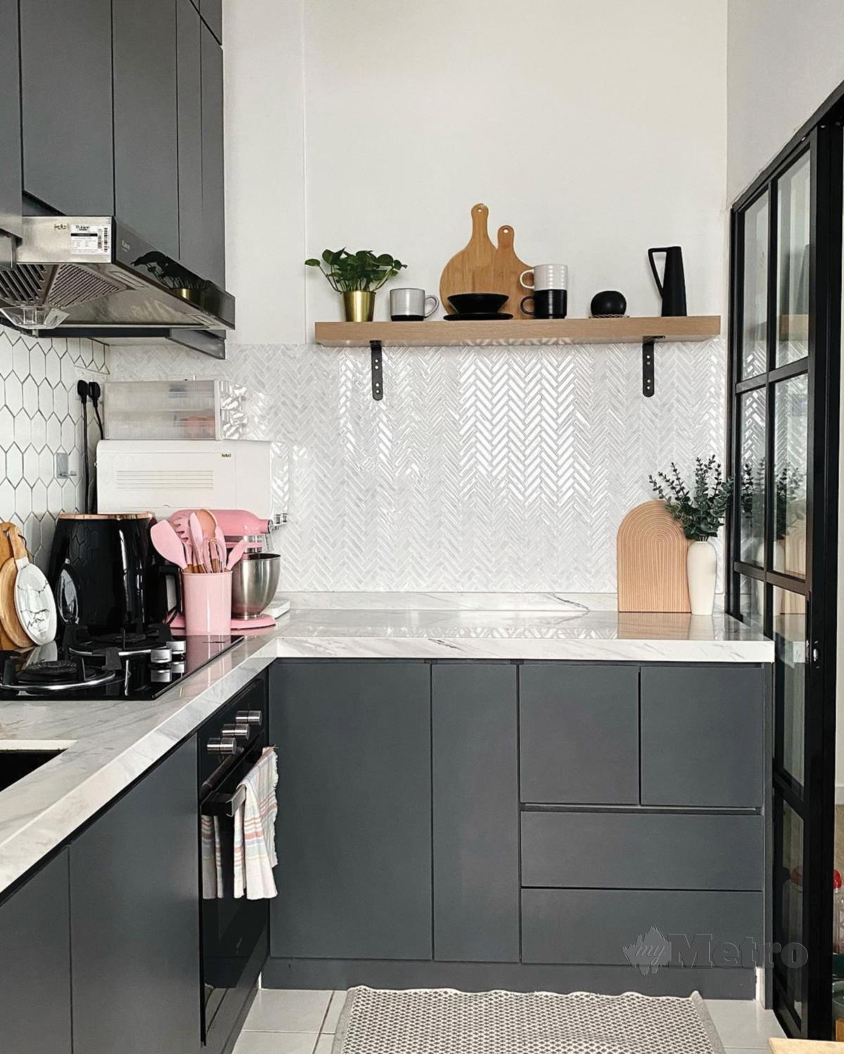 KERTAS dinding tiga dimensi mempunyai kesinambungan gaya dengan 'kitchen wall splash'.