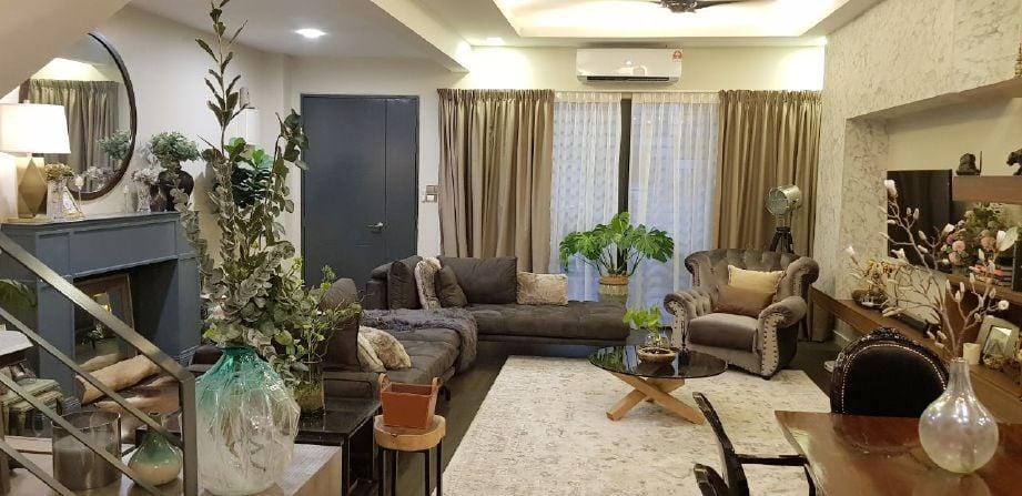 Ruang tamu yang mengabungkan elemen moden, tradisional dan lestari.