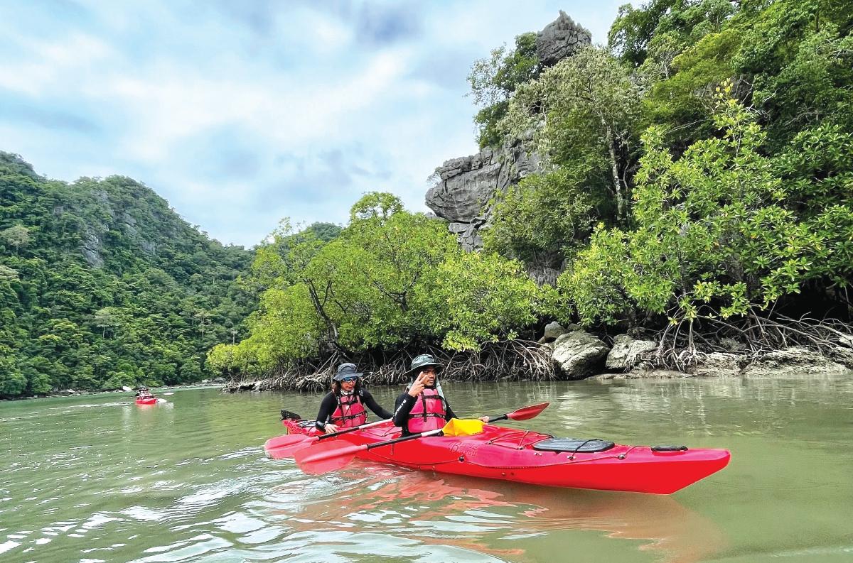 AKTIVITI kayak di Pulau Langkawi mampu jadi tarikan baharu pelancong yang gemarkan sukan lasak.
