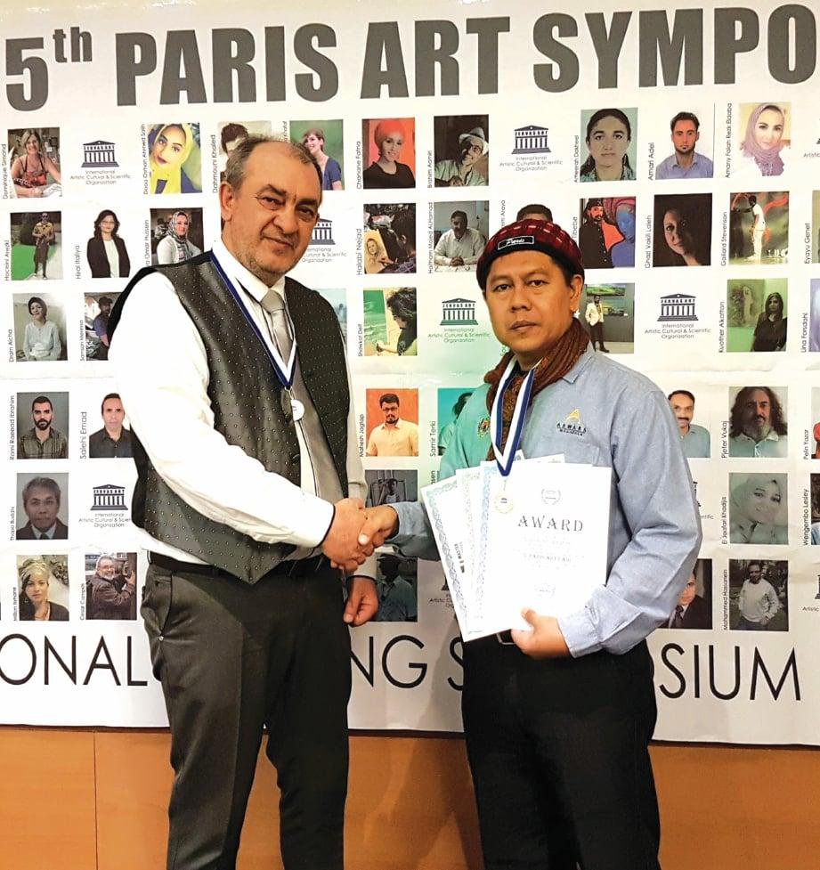 SUZLEE menerima Gold Medal of Zervas Art Award pada The 5th Paris Art Symposium di Paris, Perancis Januari lalu.