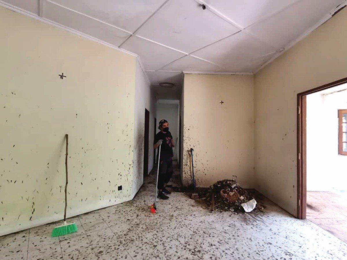 KERJA awalan iaitu membersihkan bangunan antara kerja penting perlu dilaksanakan.